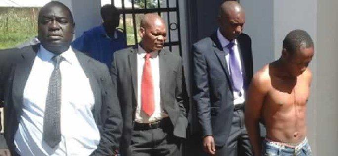Sát thủ ma cà rồng Alois Nduna bị áp giải. Ảnh: Chronicle