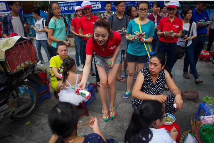 Jennifer Phạm phát khăn ướt cho người dân lao động làm việc ở vỉa hè