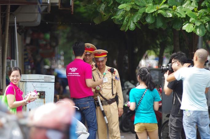 MC Phan Anh không quên phát khăn ướt và nước uống cho các Cảnh sát giao thông