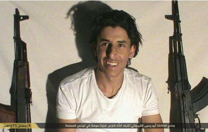 ...và kẻ được cho là Abu Yahya AlQuirawani, thủ phạm vụ xả súng, trong tấm hình do IS tải lên Twitter