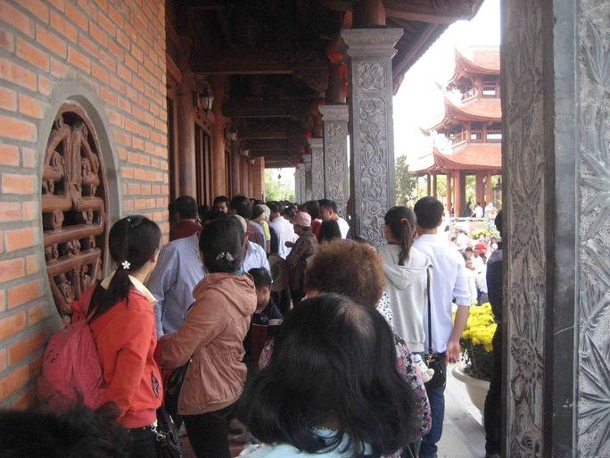 Khách hành hương xếp hàng phía trước khu chánh điện để chờ đến lượt vào thắp hương