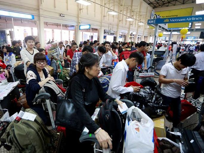 Hành khách vào làm thủ tục đi máy bay tại sân bay quốc tế Tân Sơn Nhất - Ảnh minh họa