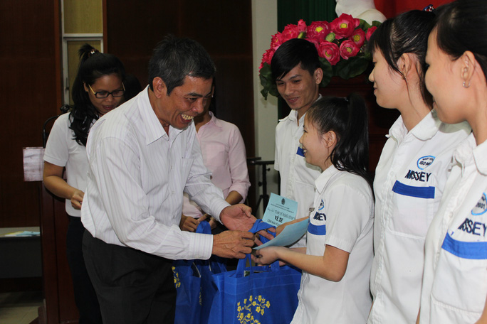 Ông Nguyễn Văn Khải, Phó Chủ tịch Thường trực LĐLĐ TP, trao vé xe và quà Tết cho công nhân KCX Tân Thuận ẢNH: THANH NGA