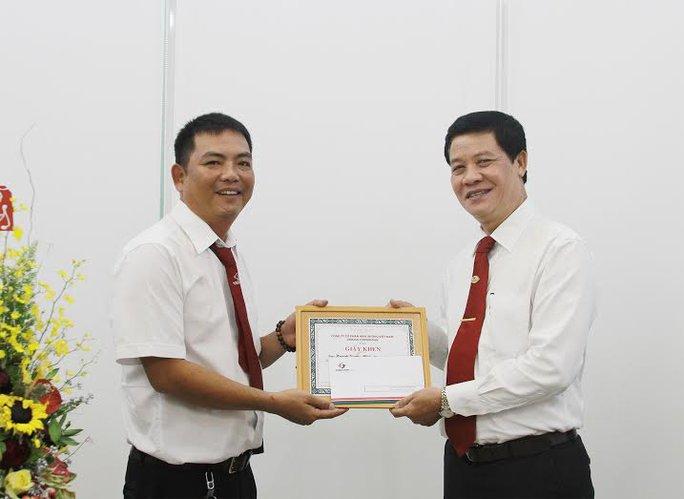 Ông Trương Đình Quý (bìa phải), Phó Tổng giám đốc Vinasun Corp, trao giấy khen cho lái xe Huỳnh Quang Minh