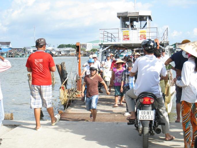 Khoảng 6 vạn dân ở thị trấn Sông Đốc còn chịu cảnh lụy phà