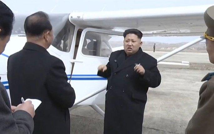 Nhà lãnh đạo trẻ Kim Jong un (giữa) đã hướng dẫn cho các quan chức về chiếc máy bay. Ảnh: Telegraph