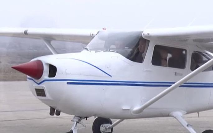 Dường như ông Kim Jong-un đã ngồi vào ghế phi công điều khiển máy bay cất cánh. Ảnh: Telegraph