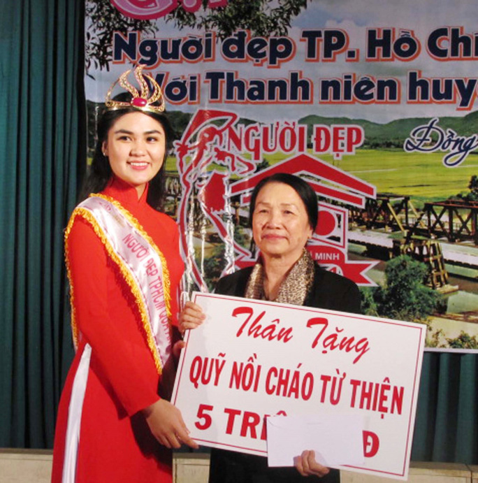 Hoa khôi Người đẹp TP HCM qua ảnh 2014 Võ Thị Quỳnh Đăng về lại quê La Hai làm từ thiện ngay sau khi đăng quang.