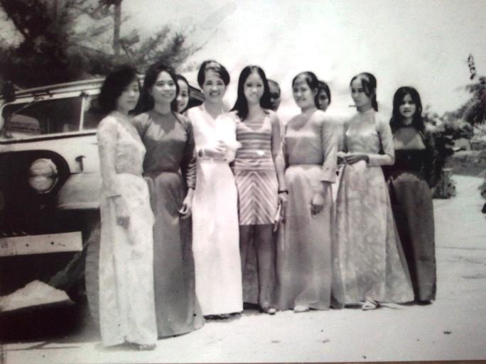 Cô giáo Nguyễn Thị Hồng (thứ 3 hàng đầu từ trái sang) cùng những người đẹp đất La Hai một thời