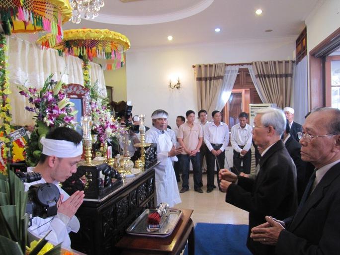 Cán bộ hưu trí TP Đà Nẵng thắp hương trước bàn thờ ông Nguyễn Bá Thanh ẢNH: HOÀNG DŨNG