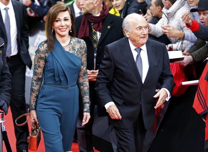 Chủ tịch Sepp Blatter sánh bước cùng Linda Barras