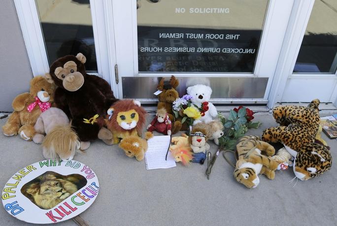 Những thú nhôi bông và lời nhắn được để lại bên ngoài phòng khám của nha sĩ Walter James Palmer. Ảnh: AP