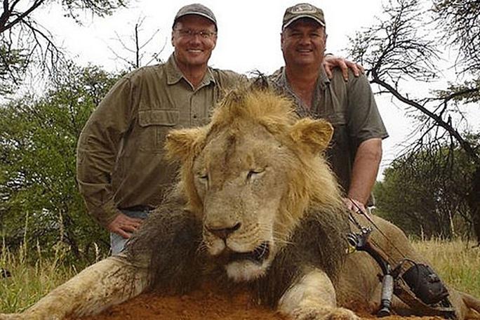 Walter Palmer (trái) trong một cuộc săn bắn. Ảnh: NYP