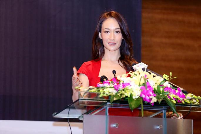 Người đẹp mang dòng máu Việt cuốn hút trong buổi họp báo chiều 10-4