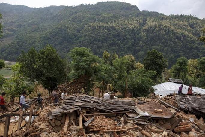 Hoạt động cứu trợ đang được tập trung ở thủ đô của Nepal, song các nhà hoạt động nhân đạo lo ngại sự tàn phá của trận động đất còn tồi tệ hơn ở các khu vực xa xôi hẻo lánh. Ảnh: Reuters