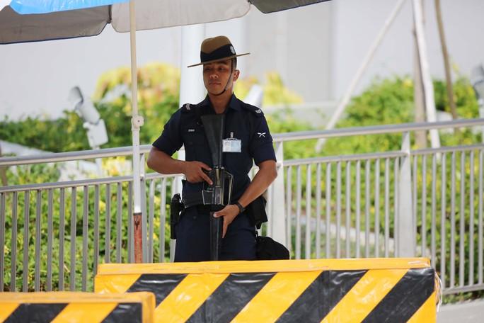 Cảnh sát vũ trang kiểm tra từ xa