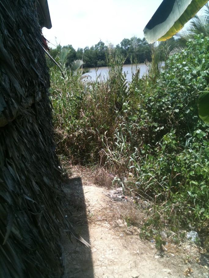 tên trộm đột nhập vào nhà tắm từ phía dưới bờ sông