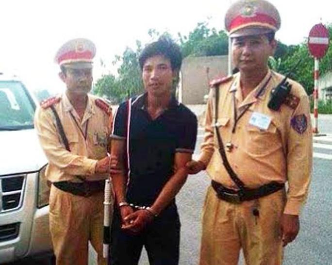 Kẻ trốn truy nã trên xe khách bị CSGT Trạm Quốc lộ 1A - Phòng CSGT Thanh Hóa bắt giữ