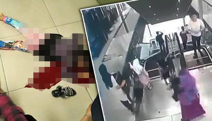 Hình ảnh từ máy quay cho thấy bé gái chơi ở thang máy trong khi mẹ và chị cũng ở đó. Ảnh: The Star, Freemalaysiatoday.com