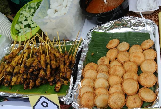 Với món karipap (phải) và gà nướng sa tế của Malaysia