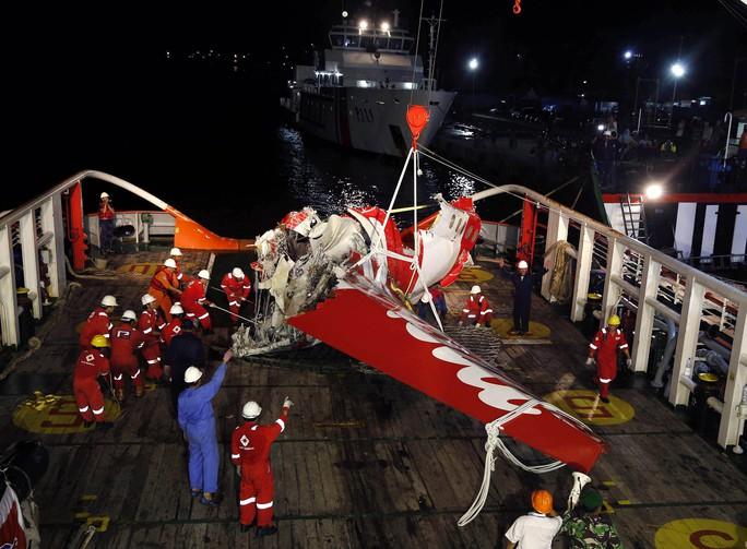 Những mảnh vỡ máy bay được trục vớt. Ảnh: Reuters