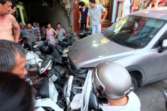 Chiếc ô tô sau dồn nhiều xe máy vào ngõ mới chịu dừng lại trên vỉa hè