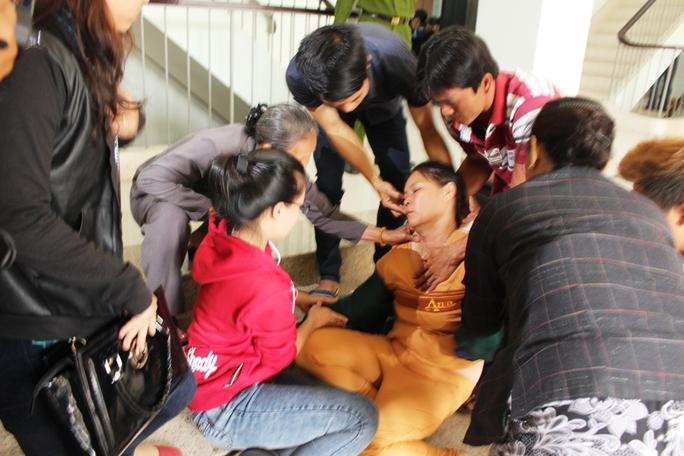 Mẹ nạn nhân ngất xỉu khi nghe các bị các khai hành vi đánh con bà