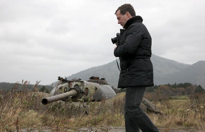 Ông Dmitry Medvedev thăm quần đảo Kuril khi còn làm tổng thống vào năm 2010. Ảnh: ITAR-TASS
