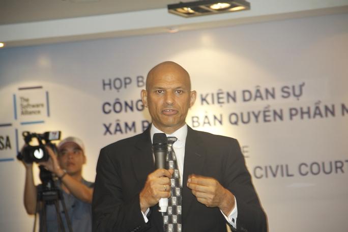 Ông Tarun Sawney phát biểu tại buổi họp báo ngày 24-6