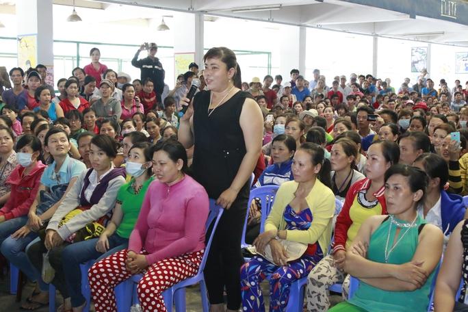 Công nhân Công ty Pou Yuen nêu ý kiến tại một buổi đối thoại liên quan đến chính sách BHXH