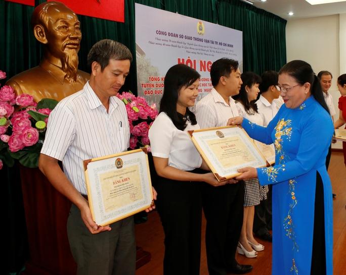 Bà Nguyễn Thị Bích Thủy, Phó Chủ tịch LĐLĐ TP, trao giấy khen cho các tập thể có thành tích xuất sắc trong Tháng công nhân