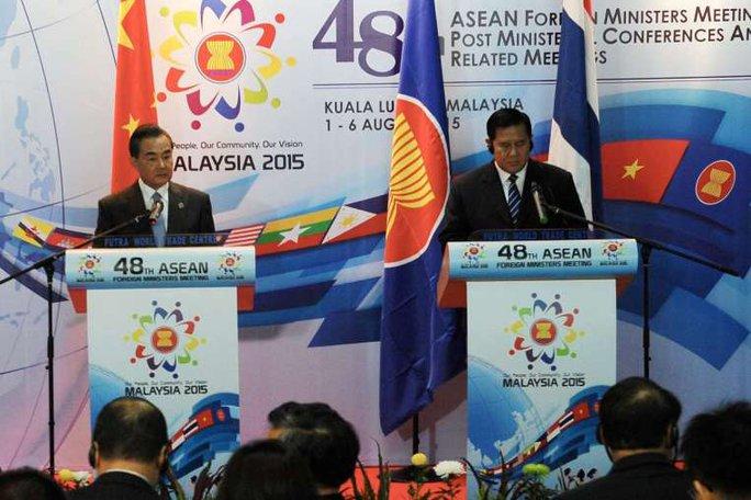 Ngoại trưởng Thái Lan Tanasak Patimapragorn (phải) và người đồng cấp Trung Quốc Vương Nghị tại cuộc họp báo hôm 5-8. Ảnh: EPA