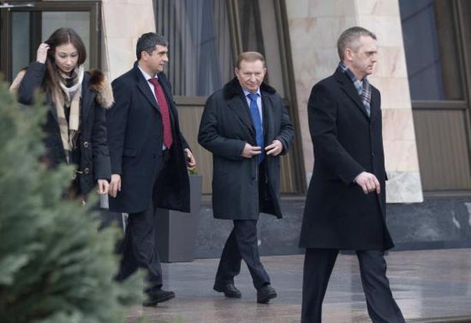 Cựu Tổng thống Ukraine Leonid Kuchma (thứ 2 từ phải sang) đến sân bay quốc tế Minsk hôm 31-1 sau cuộc đàm phán thất bại. Ảnh: Reuters