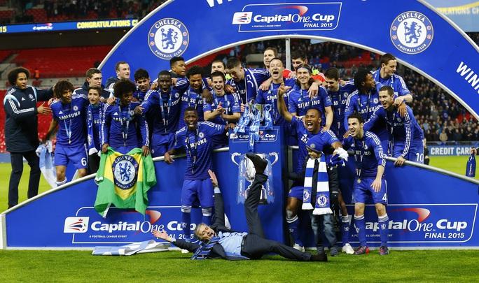 HLV Mourinho ăn mừng ngộ nghĩnh còn hơn học trò