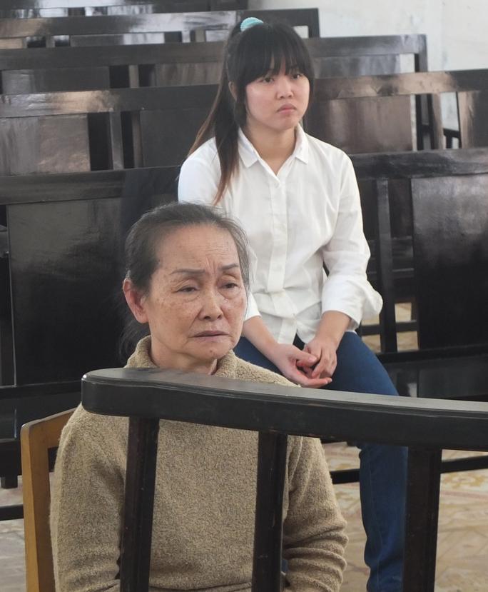Hai mẹ con bị cáo Nguyễn Thị Ngọc Xinh và Nguyễn Thị Phương Linh (SN 1988) tại phiên tòa xử tội Mua bán người