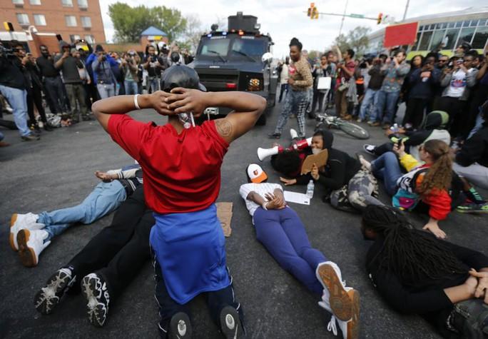 Người biểu tình cản đường xe bọc thép của cảnh sát hom 28-4. Ảnh: Reuters