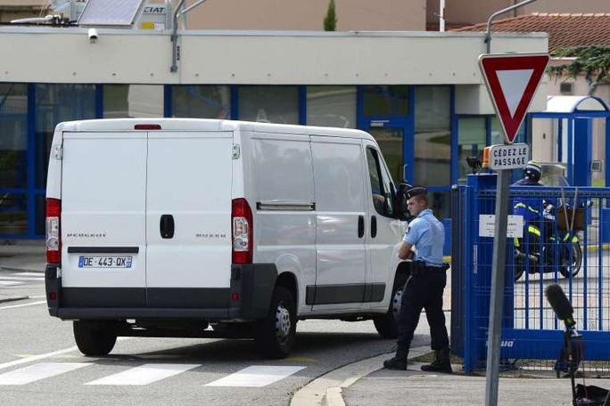 Mảnh vỡ máy bay được đưa đến Trung tâm Kỹ thuật Hàng không thuộc Tổng cục mua bán vũ khí Pháp ở Toulouse hôm 1-8 để phân tích. Ảnh: DPA