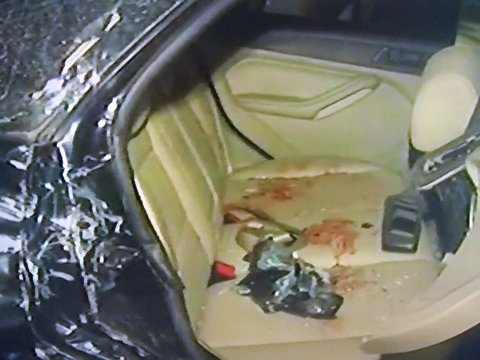 Người dân đập cửa xe để đưa 5 nạn nhân đi cấp cứu