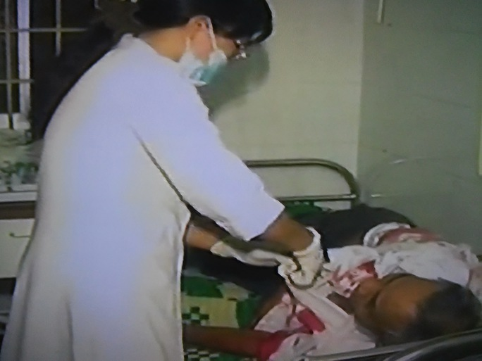 Bác sĩ đang cấp cứu cho nạn nhân vụ tai nạn