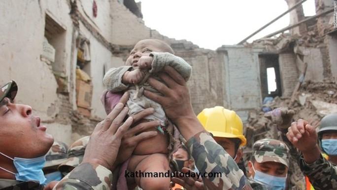 Đứa bé trở thành biểu tượng sinh tồn của Nepal. Ảnh: Kathmandu Today