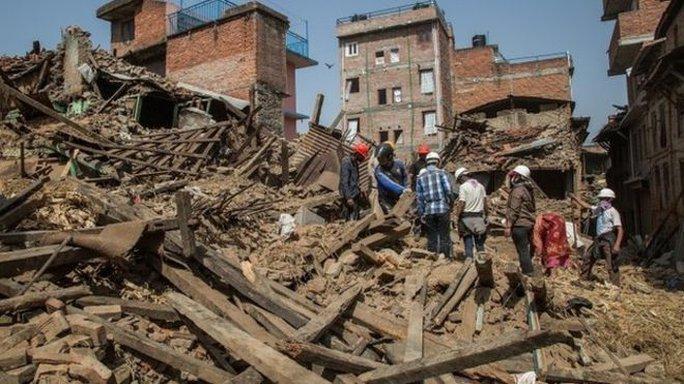 Nepal đang dọn dẹp đống đổ nát để trở lại đời sống bình thường. Ảnh: BBC