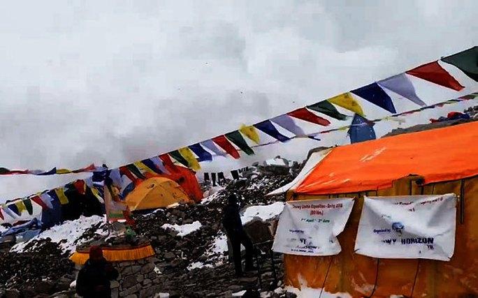 Khoảnh khắc lở tuyết ập xuống khu trại trên Everest. Ảnh: Telegraph