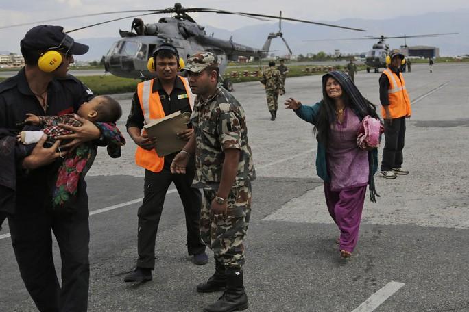 Một em bé và người mẹ Nepal được đội cứu hộ Ấn Độ sơ tán. Ảnh: AP