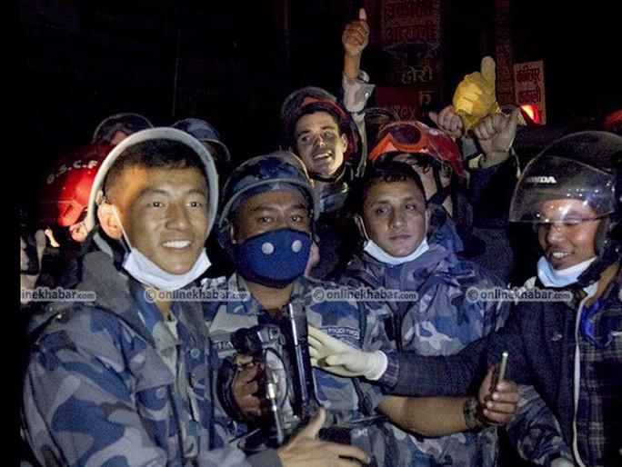 Đội cứu hộ vui mừng sau khi cứu được Khanal. Ảnh:  Onlinekhabar.com
