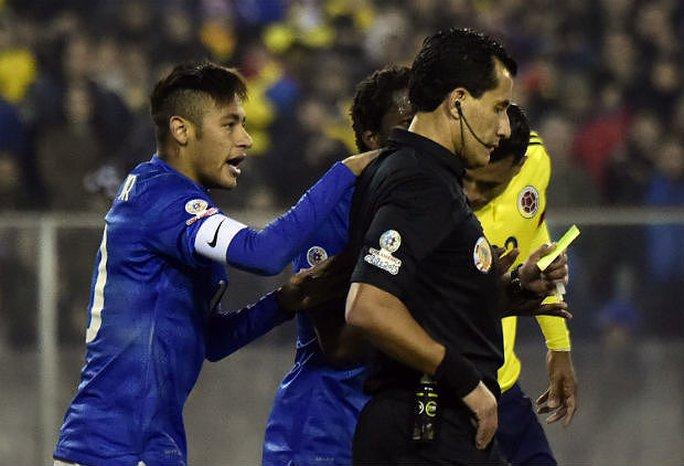 Trước đó, Neymar đã nhận thẻ vàng từ đầu trận