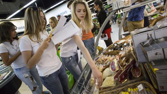 Một nhóm nhà hoạt động kiểm tra thực phẩm trong một nhà kho ở Moscow. Ảnh: AP