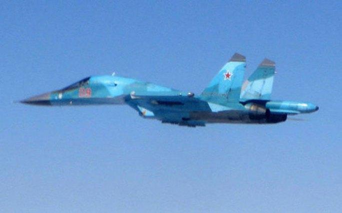 Chiếc Typhoon của Anh chặn đường 1 chiếc Sukhoi Su-34 của Nga. Ảnh: MoD