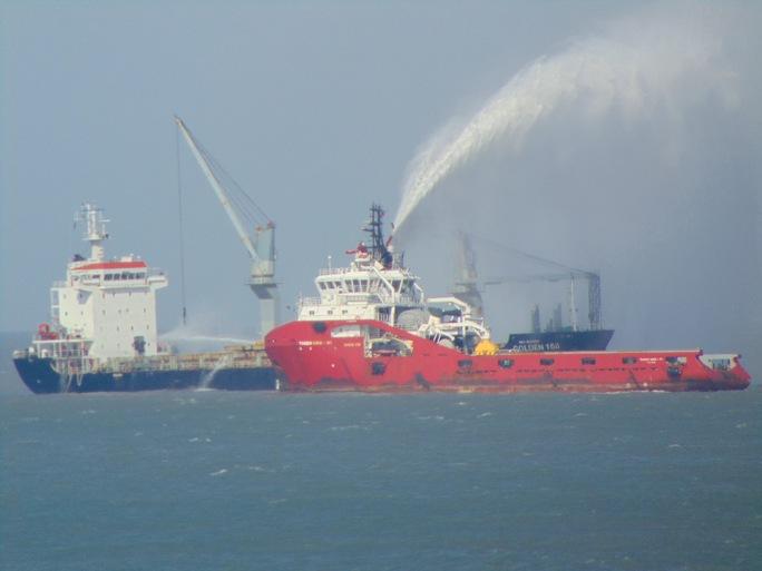 Phun voi rồng chữa cháy cho tàu Golden 168