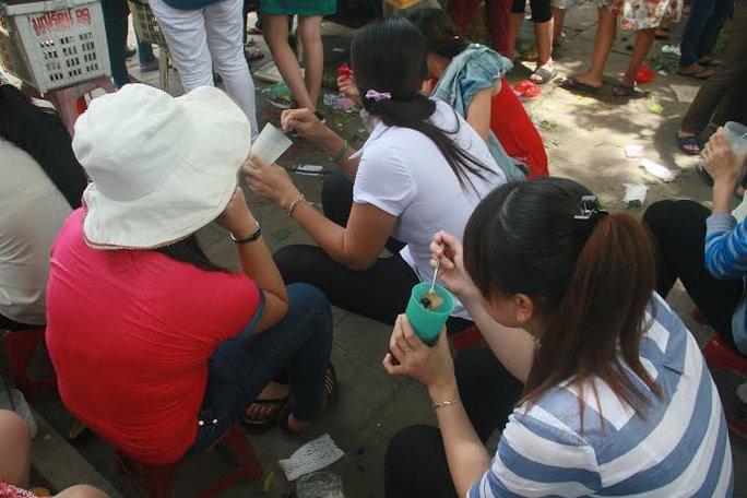 Nhiều công nhân Công ty may T.Đ (ở TP Tam Kỳ, tỉnh Quảng Nam) cho biết bữa cơm công nhân không đảm bảo nên phải ra bên ngoài ăn thêm để có sức khỏe làm việc  ẢNH: TRẦN THƯỜNG