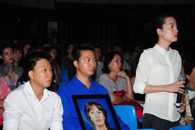 Gia đình đem di ảnh của bà Lý để nghe xét xử.